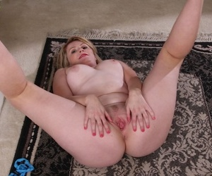 Fatty mature housewife Lexi Moore spreads her meaty ass begging for cock