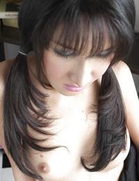 年轻的 变性人 吉赛尔 看 性感的 在 辫子 同时 传播 腿