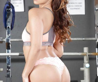 Latina fitness babe Isabella De Santos stripping off her yoga pants