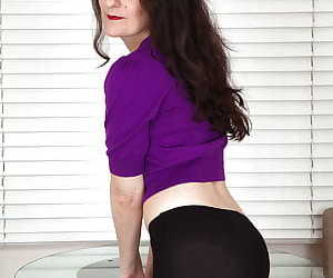 Dark haired amateur mature babe Rose Valentina in hot pantyhose
