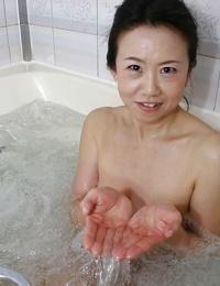 Mature asian lassie Junko Sakashita exposing her pink twat after bath