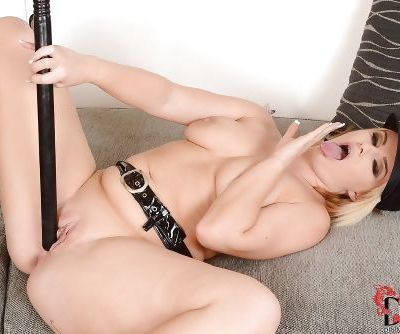 Toothsome European babe Bonnie Rose stimulates her yummy clit