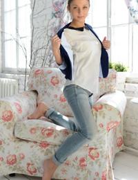 Босиком молодой девушка Ненси Б зачистки офф джинсы и нижнее белье