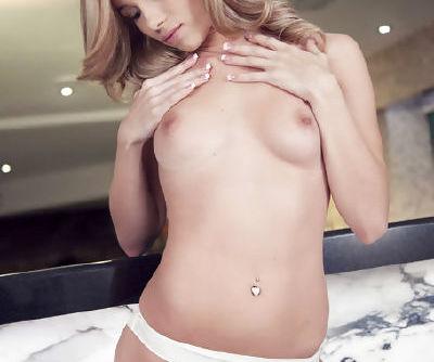 Kendall White amazes with her nasty solo masturbation show