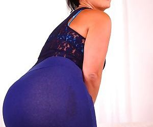 Big booty mature Monte Swinger loves to finger her juicy love tunnel