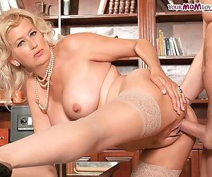 Divorced mature with hot tits enjoys anal sex even with a stranger