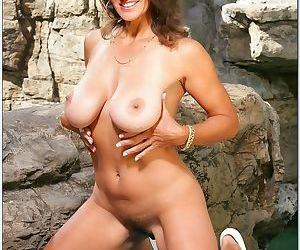 Mature lady Persia Monir revealing big boobs from bikini in the pool