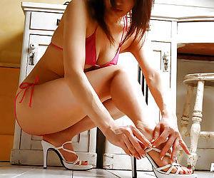 Tempting asian babe Mie Matsuoka taking off her tiny bikini