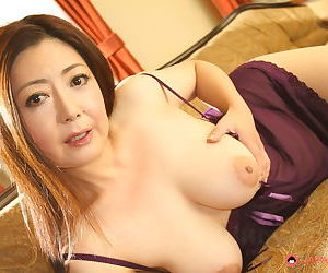Older Japanese woman Ayano Murasaki reveals her big boobs & poses on her knees