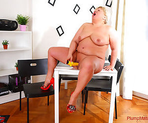 Mature plumper stretches her pink with corn dildo - part 3096