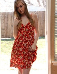 Cute amateur Mandy removes her dress in the doorway to sun her slender body