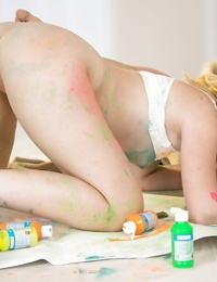 Kinky chicks Samantha Rone and Taylor Reed getting freaky with body paint