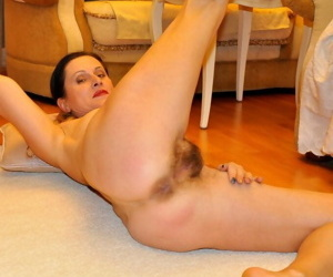 Mature lady Dianaananta puts her all natural pussy on display after undressing