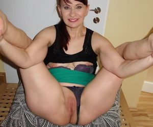 Amateur divorced woman Vera Delight pushses panties aside and spreads legs