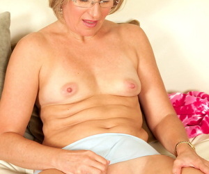 Mature amateur Suz takes the plunge and models in her birthday suit