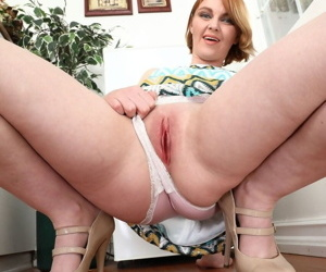 MILF with heavy bottom Marie McCray demonstrates the close-up view of her cunt