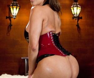 Dominant MILF Francesca Le examines asshole of Ebony slut Skin Diamond