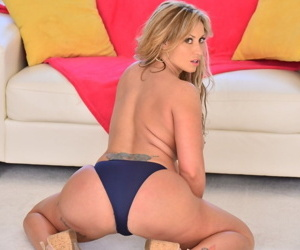 Hot American cougar Eva Notty likes showing off large breasts and juicy booty