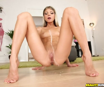 Skinny spinner Gina Gerson doing 2 dudes during hard MMF sex