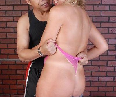 Older blonde woman takes an amazing hardcore anal fucking and cumshot