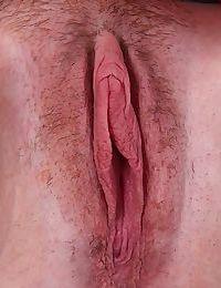 Masturbating mature slut Holly Jones is shoving her fingers inside her cunt