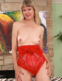 Sexy blond granny Jamie Foster showcases her bald vagina after underwear removal